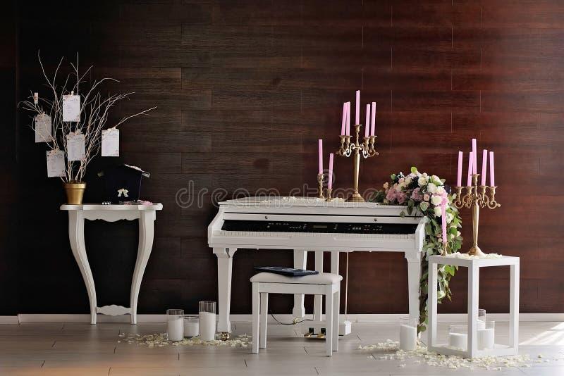 Composition avec le piano et les bougies blancs photos libres de droits