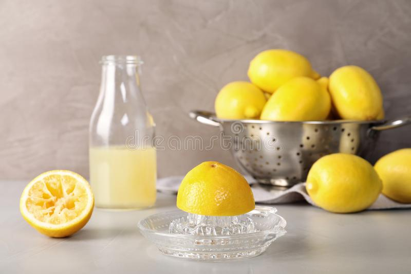 Composition avec le presse-fruits et les citrons en verre images stock