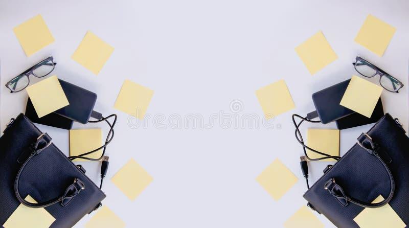 Composition avec le sac noir, les disques durs externes, les autocollants de papier coloré et les verres vides Détails d'affaires images stock