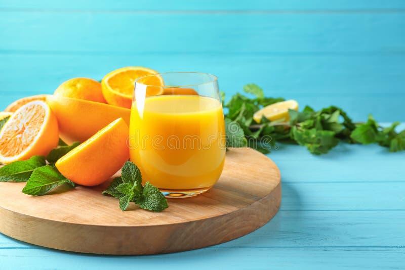 Composition avec le verre de jus et d'agrumes frais photo stock
