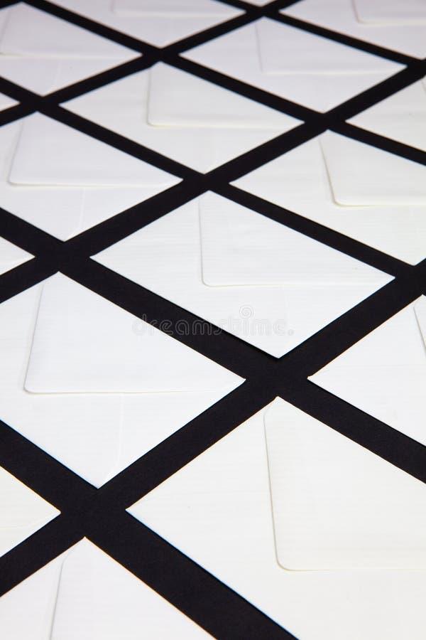 Composition avec les enveloppes blanches sur la table image stock