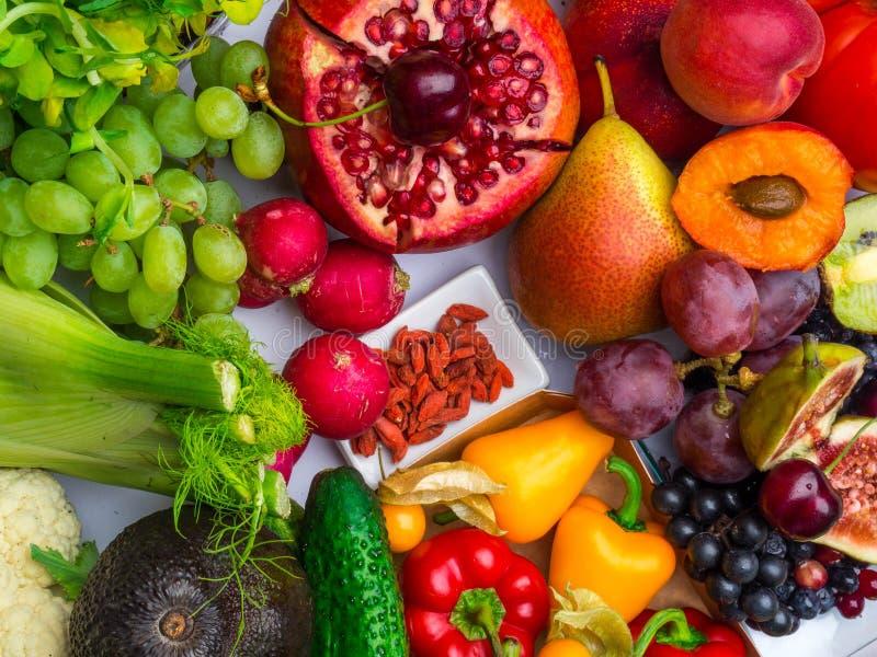 Composition avec les légumes crus et les fruits assortis photo libre de droits