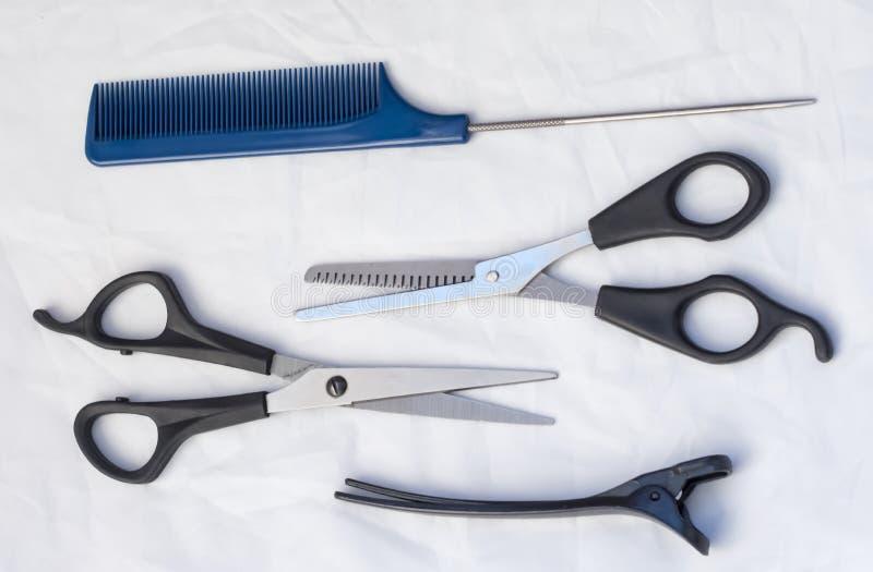 Composition avec les outils professionnels de coiffure sur le fond blanc, couche plate Kit de salon de coiffure photos stock