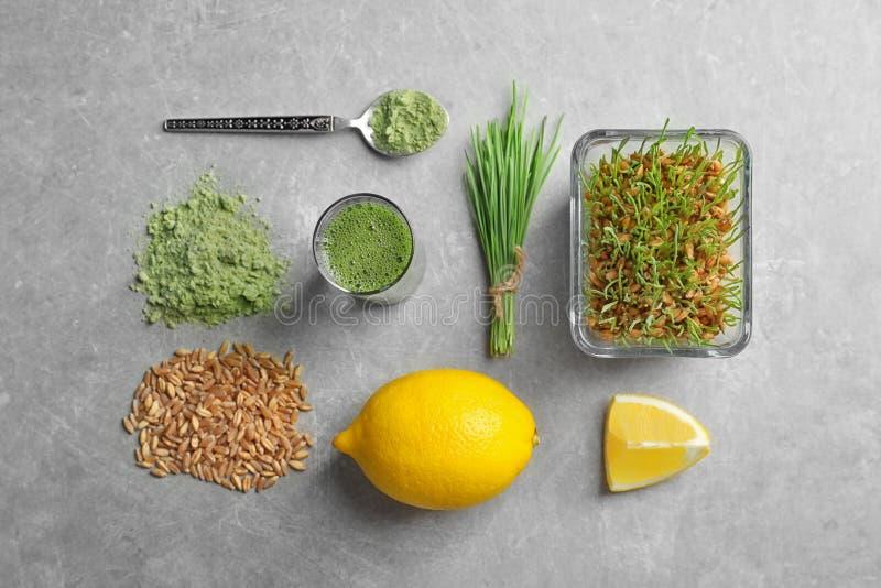 Composition avec les produits et le citron d'herbe de blé photo stock