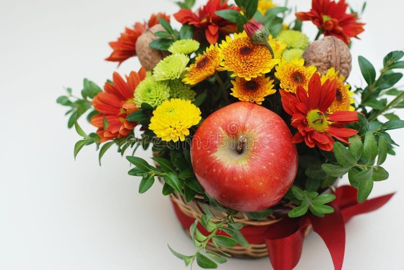 Composition décorative en composition florale avec le crysanthemum et la pomme D'isolement sur le fond blanc photos libres de droits