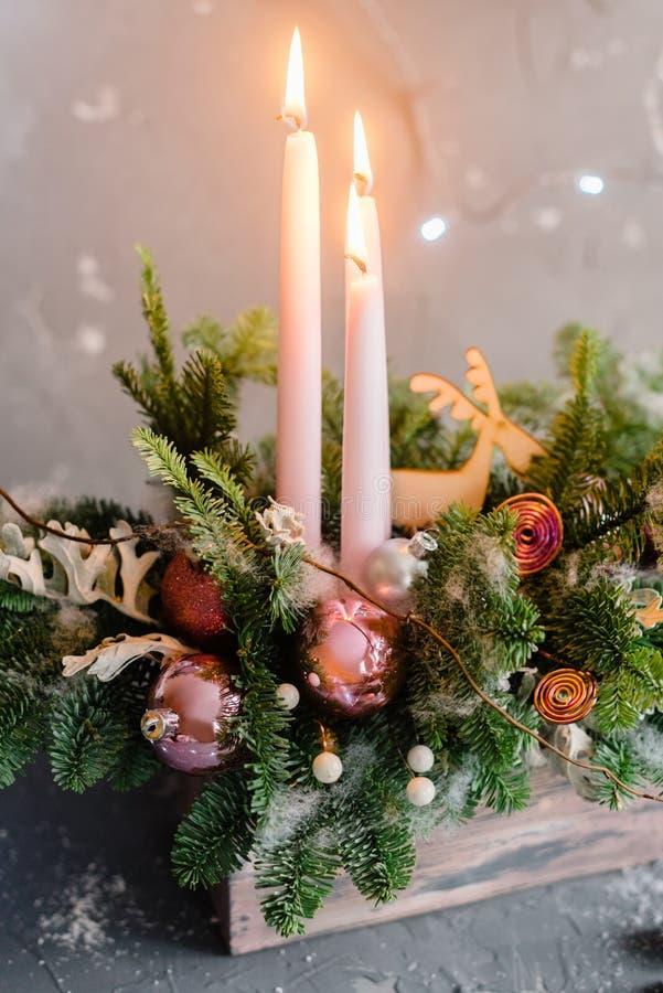 Composition décorative en Noël avec la bougie rose avec le petit chr photos stock