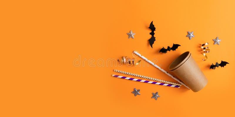 Composition d'Autumn Halloween des verres de papier, tubules multicolores pour des boissons, battes de papier noires photo stock