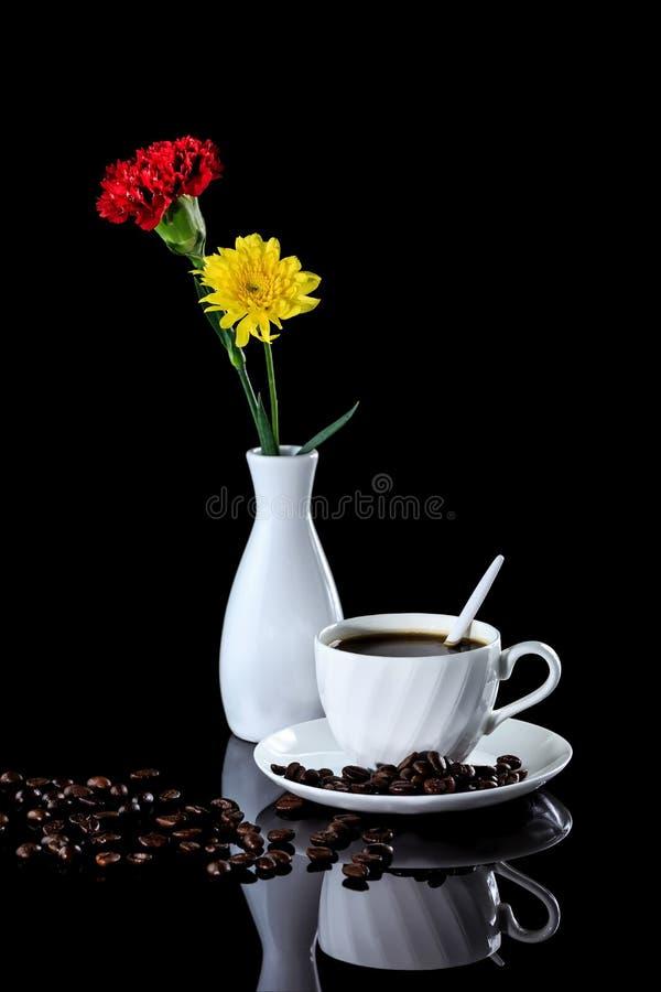 Composition de café, de chrysanthème jaune et d'oeillet rouge dessus images stock