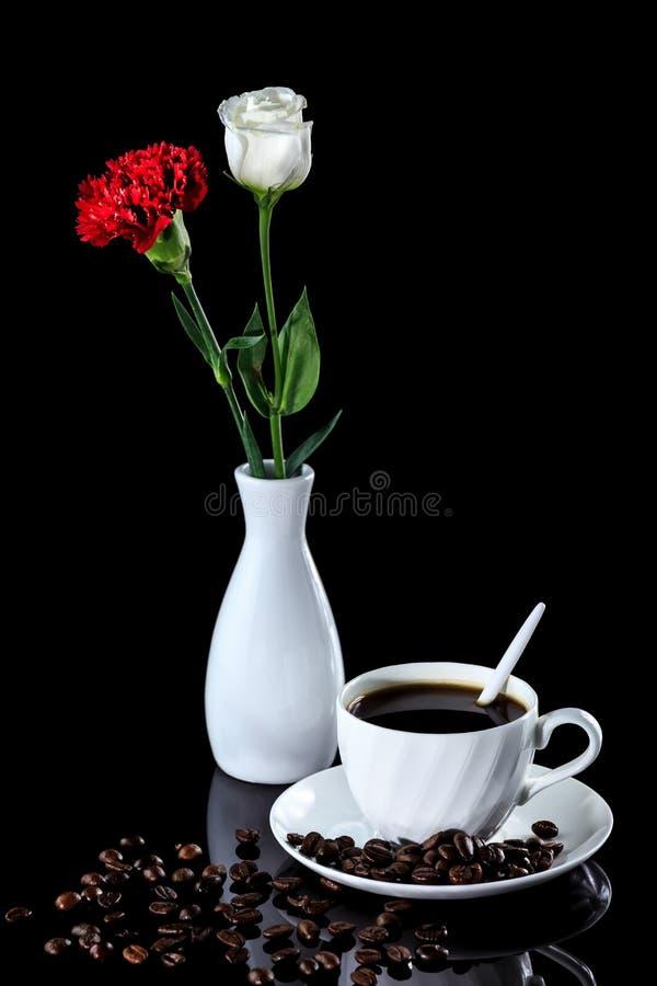 Composition de café, de rose de blanc et d'oeillet rouge sur un r noir images libres de droits