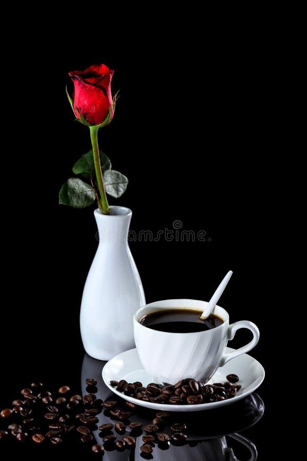 Composition de café et de rose de rouge sur un backgro réfléchi noir images stock