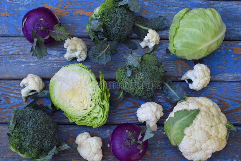 Composition de différentes variétés de chou sur le fond en bois Chou-fleur, chou-rave, brocoli, chou cabus blanc organique photo libre de droits