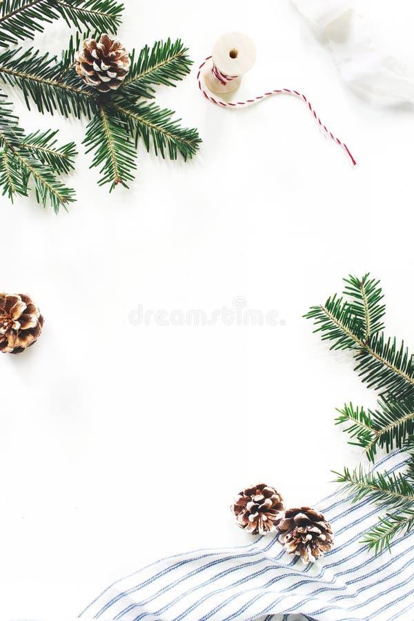 Composition de fête en Noël Trame florale décorative Frontière de branches d'arbre de sapin Cônes de pin, corde de cadeau, ruban  images libres de droits