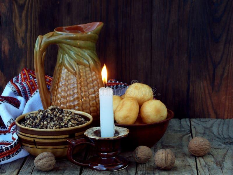Composition de gruau de blé de kutya de symbole de Noël avec le pavot et les écrous, pampushki, compote uzvar des fruits secs, bo photos libres de droits