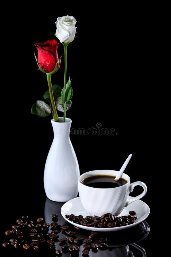 Composition de la rose de café, blanche et rouge sur un noir réfléchi images stock