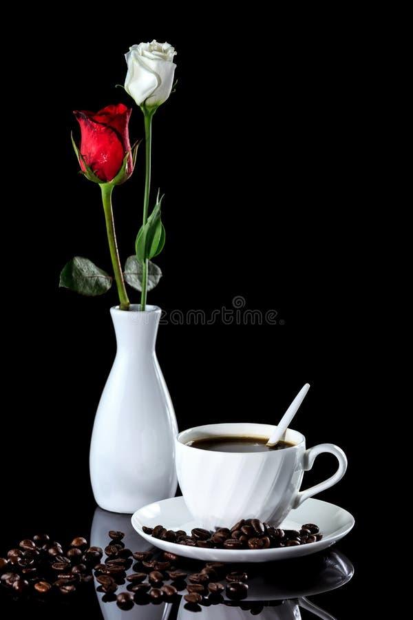 Composition de la rose de café, blanche et rouge sur un noir réfléchi photo stock