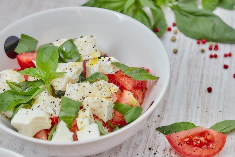 Composition de la salade grecque avec les légumes frais sur le fond, le feta et le Basil en bois Aimez le concept de cru sain et image libre de droits