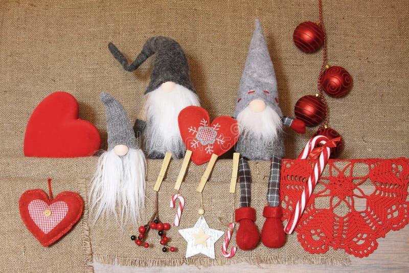 Composition de Noël BackgrouGifts de gnome de Noel, décorations rouges sur le fond de toile Noël, hiver, concept de nouvelle anné image libre de droits
