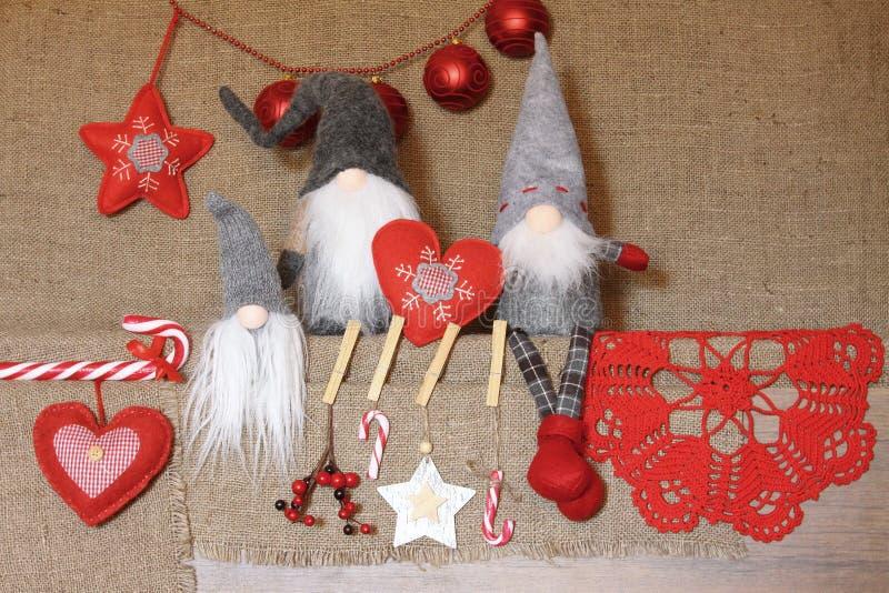 Composition de Noël BackgrouGifts de gnome de Noel, décorations rouges sur le fond de toile Noël, hiver, concept de nouvelle anné photographie stock libre de droits