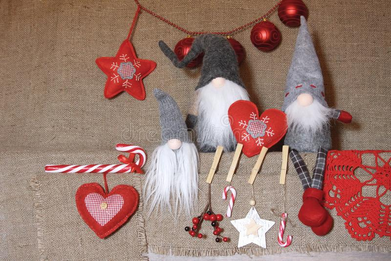 Composition de Noël BackgrouGifts de gnome de Noel, décorations rouges sur le fond de toile Noël, hiver, concept de nouvelle anné photo libre de droits
