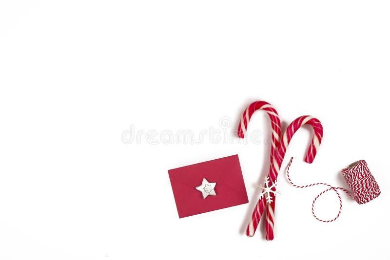 Composition de Noël Bonhomme en pain d'épice avec la canne de sucrerie, la branche d'arbre de sapin et les flocons de neige sur l image stock