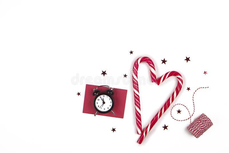 Composition de Noël Bonhomme en pain d'épice avec la canne de sucrerie, la branche d'arbre de sapin et les flocons de neige sur l image libre de droits