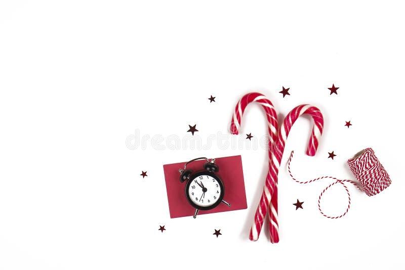 Composition de Noël Bonhomme en pain d'épice avec la canne de sucrerie, la branche d'arbre de sapin et les flocons de neige sur l photographie stock libre de droits