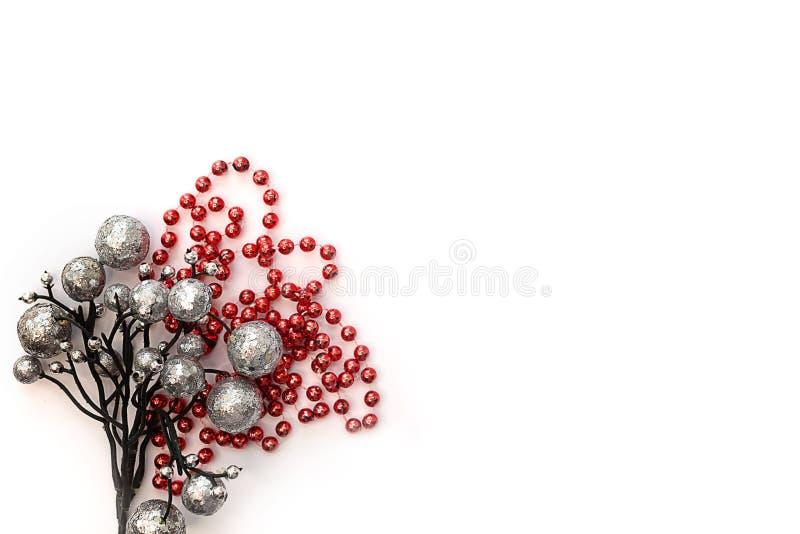 Composition de Noël Boules d'argent et moules rouges sur fond léger images stock