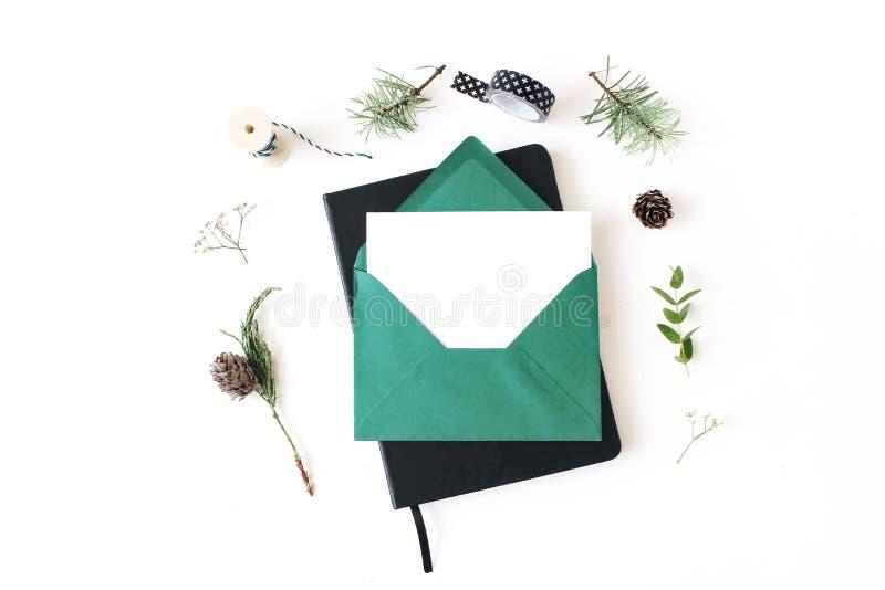 Composition de Noël Carte de voeux, enveloppe et scène de maquette de bloc-notes Vue d'arbre de pin, d'eucalyptus et de juniperus photographie stock