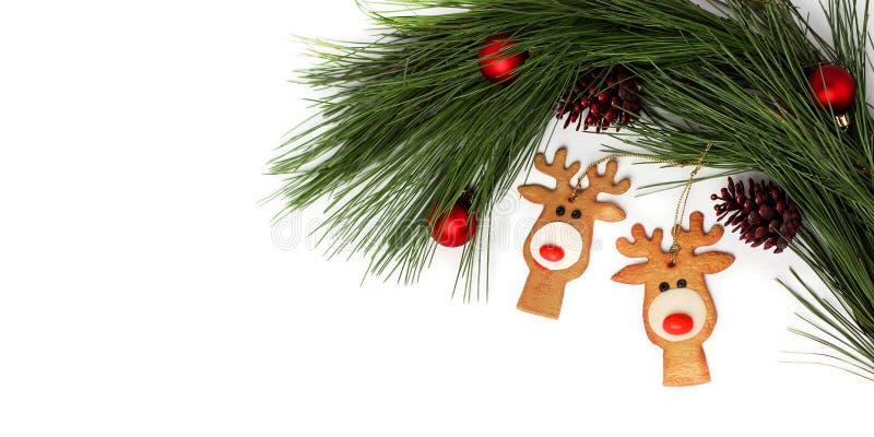 Composition de Noël et Nouvel An avec décorations de vacances Cônes de pin, jouets de Noël faits main, fond blanc Cerf de Noël photo stock