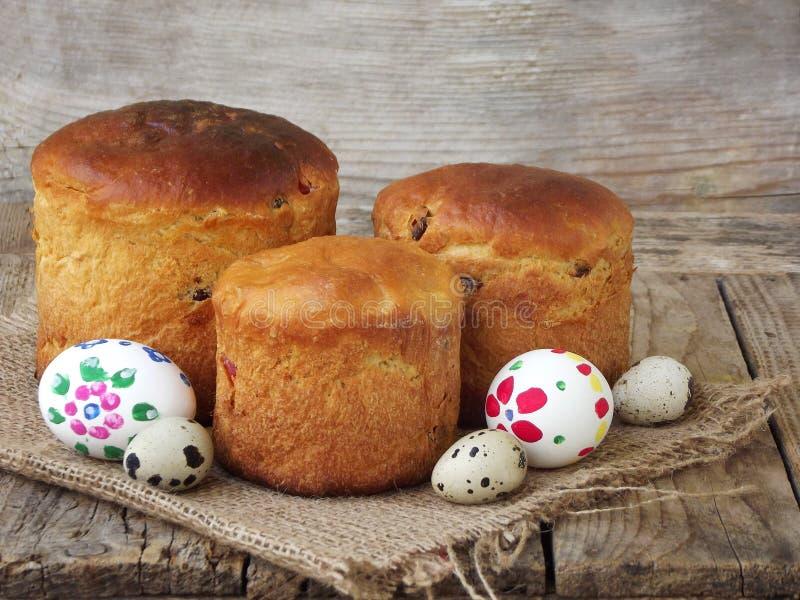 Composition de Pâques de pain, de paska et d'oeufs doux sur le fond en bois clair Kulich orthodoxe Concept de petit déjeuner de v images libres de droits