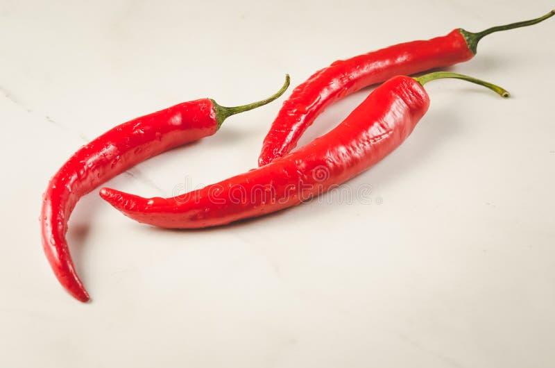 Composition de poivre de piment rouge/de composition de poivre de piment rouge sur un fond blanc photographie stock