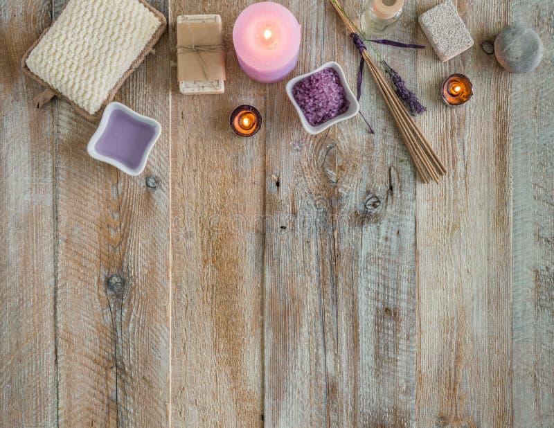 Composition de traitement de station thermale sur la table en bois image stock