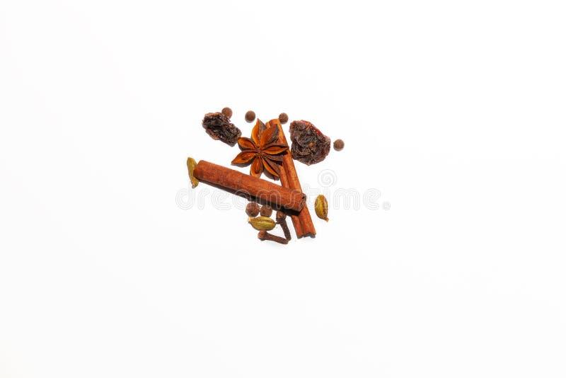 Composition des épices parfumées épicées utilisées pour faire le vin chaud : deux bâtons d'étoile brune de cannelle et d'anis ent photos stock