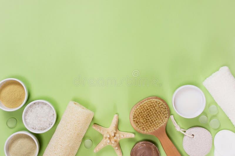 Composition des accessoires de bain sur le fond vert images stock