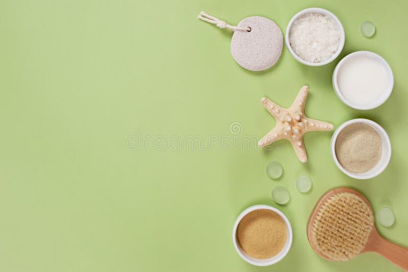 Composition des accessoires de bain sur le fond vert photos stock