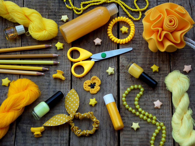 Composition des accessoires jaunes pour la jeune fille ou l'adolescent Vernis à ongles, rouge à lèvres, agrafes de cheveux, bande images libres de droits