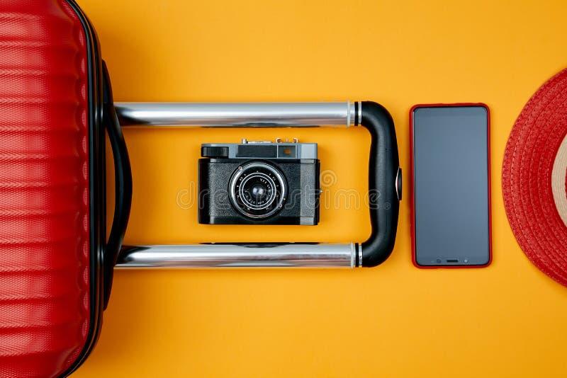 Composition des accessoires pour des loisirs actifs modernes sur le fond jaune Bloguer ou concept de blogger photo stock
