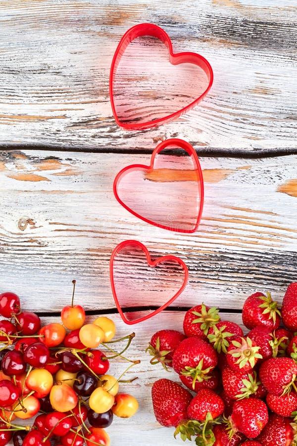Composition des cerises et des fraises mûres image stock