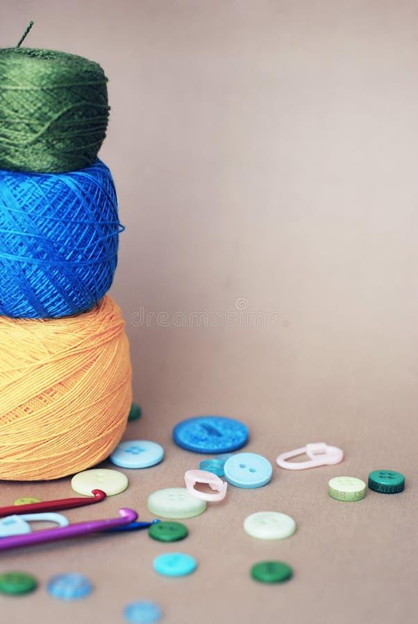 Composition des choses et des outils de crochet, et bobines des fils de couleur différente avec l'inventaire pour le tricotage et photos libres de droits