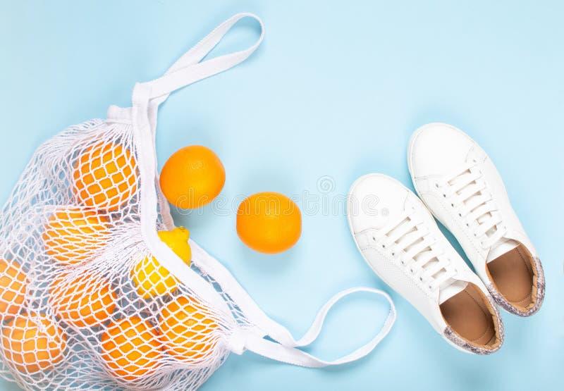 Composition des espadrilles et du sac d'emballage blancs de crochet, concept cr?atif d'?t? image stock