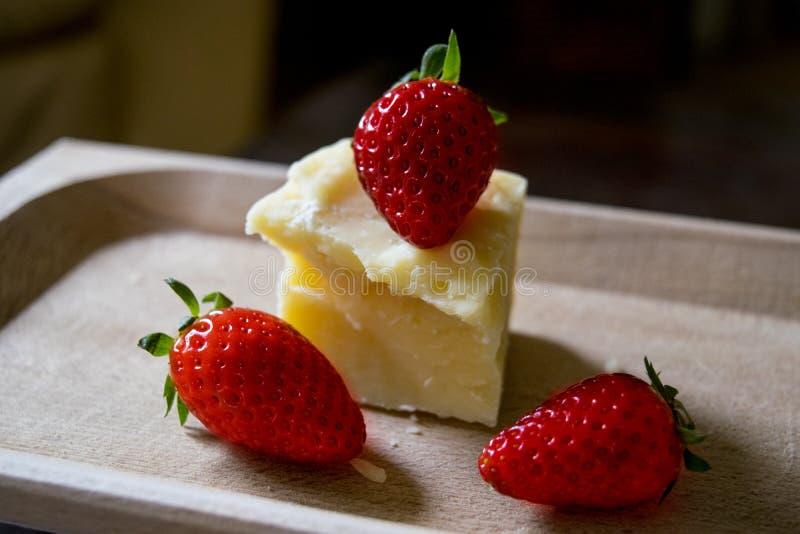 Composition des fraises et du parmesan dans un plat en bois photo stock