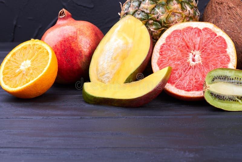 Composition des fruits tropicaux juteux frais images libres de droits