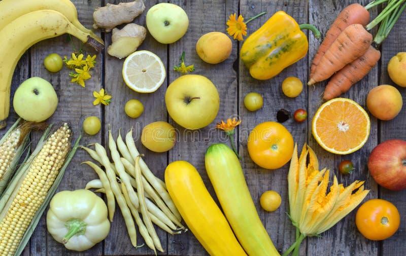 Composition des légumes et des fruits jaunes - banane, maïs, citron, prune, abricot, poivre, courgette, tomate, haricots d'asperg photographie stock