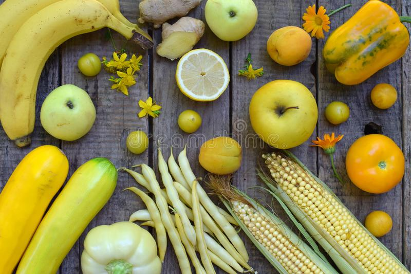 Composition des légumes et des fruits jaunes - banane, maïs, citron, prune, abricot, poivre, courgette, tomate, haricots d'asperg image stock