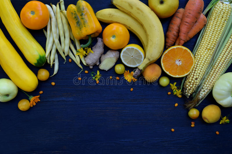 Composition des légumes et des fruits jaunes - banane, maïs, citron, prune, abricot, poivre, courgette, tomate, haricots d'asperg image libre de droits