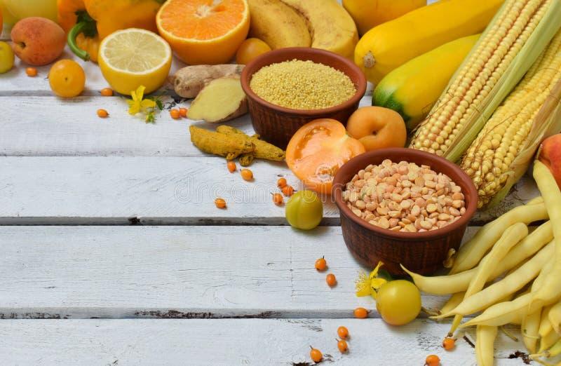 Composition des légumes, des haricots et des fruits jaunes - banane, maïs, citron, prune, abricot, poivre, courgette, tomate, har images stock