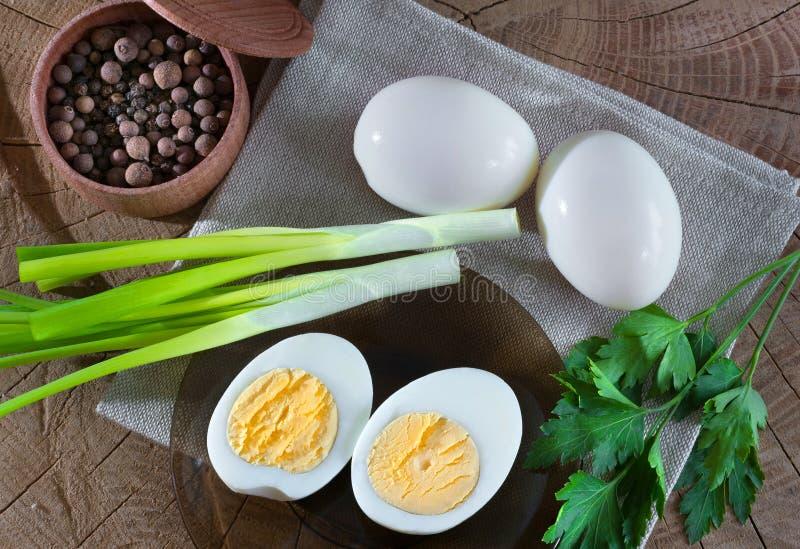 Composition des nourritures d'oeuf, poivre, verdure, sur un fond en bois Sorte d'en haut images stock