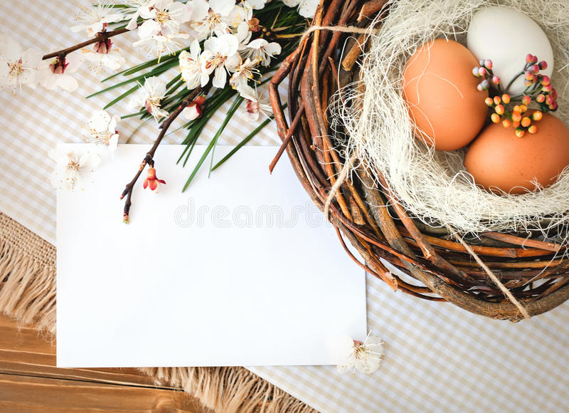 Composition des oeufs de poulet et de caille sur la toile de jute et les conseils en bois image libre de droits