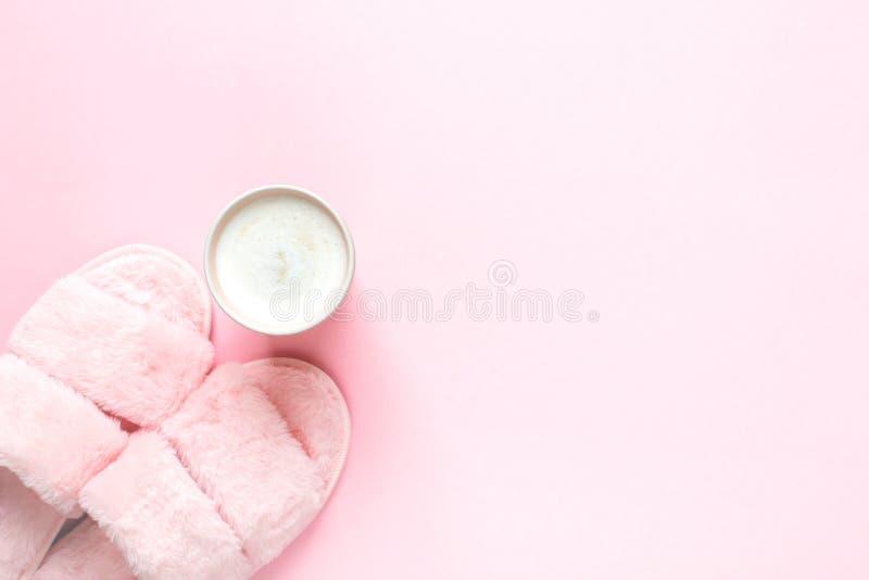 Composition des pantoufles de fourrure de faux et du petit déjeuner sain sur un fond rose-clair images libres de droits