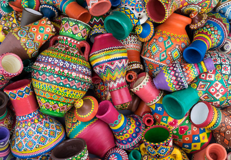 Composition des vases handcrafted peints artistiques à une poterie de pile images stock